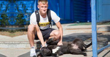Он принёс им удачу! Астраханские футболисты спасли безнадёжного щенка, и он отплатил им тем же!)